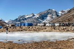 有游人的冻与Yunthang谷的池塘和市场在背景中在零点的冬天在Lachung 北部锡金 库存图片