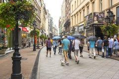 有游人的Vaci街道在布达佩斯,匈牙利 免版税图库摄影