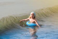 有游泳圆环的女孩 图库摄影