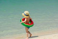 有游泳圆环的小孩男孩在海滩 免版税库存照片