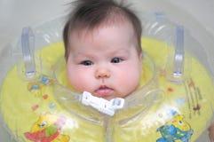 有游泳圈子的新出生的婴孩 免版税库存照片