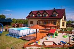 有游泳池和沙盒的后院 免版税库存照片