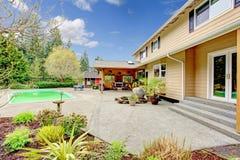 有游泳池和露台区域的美丽的后院 库存照片