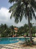 有游泳池的一家豪华旅馆 免版税库存图片