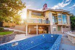 有游泳池的大乡间别墅 免版税库存图片