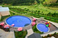 有游泳池的山区度假村 库存图片