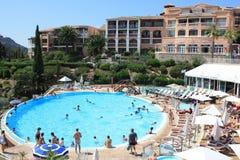 有游泳池的旅馆在法国海滨 免版税库存图片