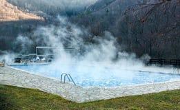 有游泳池的温泉在山 图库摄影