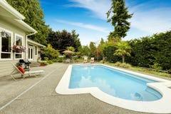 有游泳池的美丽的房子 房地产用联邦方式, 库存照片