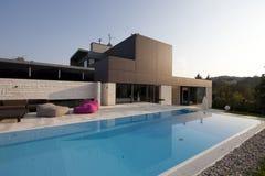有游泳池的美丽的现代房子 免版税库存图片