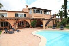 有游泳池的豪华房子 免版税图库摄影