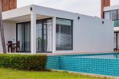 有游泳池的豪华现代房子 库存照片