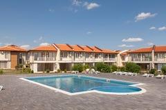 有游泳池的郊区房子 理想的邻里 图库摄影