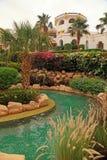 有游泳池的,埃及热带豪华旅游胜地旅馆 库存照片