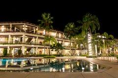 有游泳池装饰照明设备的欧洲旅馆 图库摄影