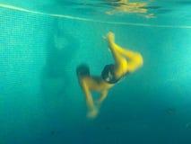 有游泳的一个男孩在游泳池 免版税图库摄影
