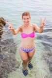有游泳衣的愉快的少妇在亚得里亚海的海滨 库存照片
