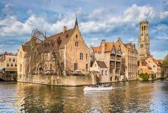 有游船的古城布鲁基,富兰德,比利时 免版税图库摄影
