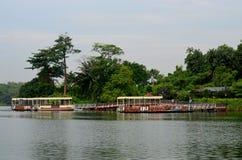 有游船的码头河徒步旅行队巡航的新加坡 免版税图库摄影
