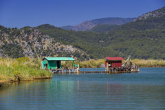 有游船的Dalyan河在河的海峡 免版税库存照片