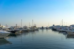 有游艇停车处的海洋口岸度假村 库存图片