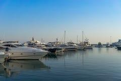 有游艇停车处的海洋口岸度假村 免版税库存图片