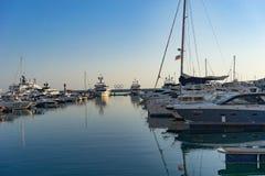 有游艇停车处的海洋口岸度假村 免版税库存照片