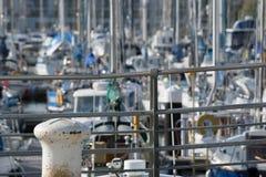 有游艇和小船的小游艇船坞 免版税库存图片
