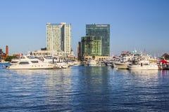 有游艇和小船的巴尔的摩港口 图库摄影