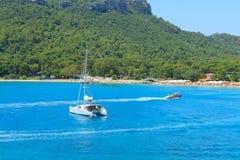 有游艇和汽船的地中海在安塔利亚 库存图片