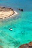 有游艇和海盗船的美丽的热带盐水湖 库存照片