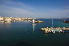有游艇和被停泊的鱼小船的奥特朗托港口 奥特朗托是a 免版税图库摄影