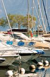 有游艇的小游艇船坞在莱芒湖在洛桑在瑞士 免版税库存照片