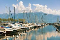 有游艇的小游艇船坞在莱芒湖在洛桑瑞士 免版税库存图片