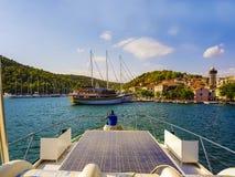有游艇的美丽的地中海小游艇船坞和绿松石浇灌 库存图片