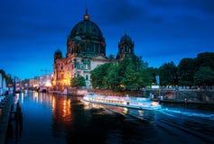 有游览小船的柏林大教堂在狂欢河, 免版税库存图片