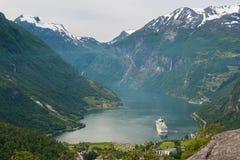 有游轮和瀑布的,挪威Geiranger海湾 免版税库存照片