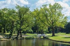 有湖和桥梁的公园 免版税库存照片