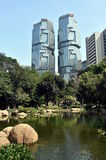 有湖和高摩天大楼的香港园在背景中 免版税库存照片