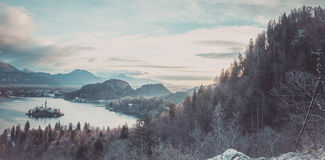有湖流血的和周围的全景 免版税图库摄影
