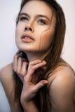 有湿查寻头发和横渡的手的俏丽的妇女 免版税库存图片