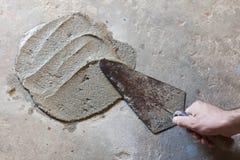 有湿混凝土的修平刀 图库摄影