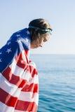 有湿头发的妇女在的前额和看的美国国旗的风镜下来 免版税库存照片