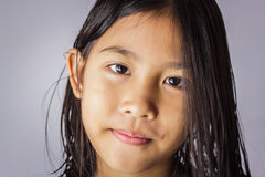 有湿头发的小女孩 免版税库存图片