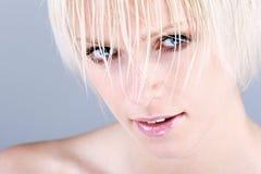 有湿头发的惊人的白肤金发的欧洲妇女 免版税库存图片
