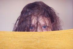 有湿头发的美丽的愉快的青少年的女孩 免版税库存照片
