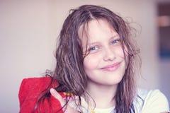 有湿头发的美丽的愉快的青少年的女孩 库存照片