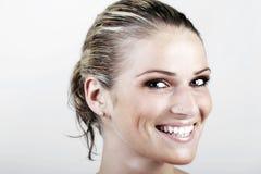 有湿头发的美丽的活泼的白肤金发的妇女 免版税库存照片