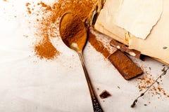 有溢出的可可粉的茶匙子在亚麻制背景 免版税库存图片