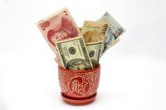 有溢出的纸币的花瓶 免版税库存图片